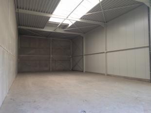 Entrepôt / Atelier à vendre à Wavre. Surface au sol de 250m² avec une hauteur libre de 6m et une porte sectionnelle . Le b&ac