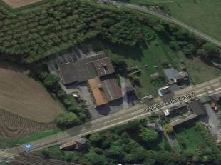 A vendre entrepôt de 3.200 m² sur un terrain de 40.000 m² en zone économique mixte avec une maison de 180 m² et 30.000 m&s