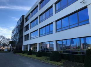 L'immeuble de bureaux est bien entretenu et bénéficie de beaucoup de lumière et d'un excellent emplacement. Facilement accessible