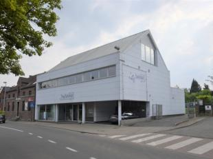 Kantoorgebouw te koop in centrum Affligem, langs invalsweg.Op het gelijkvloers: Ruime inkom met kantoorruimte (mogelijkheid inrichting als winkel/show