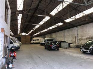 Dit magazijn heeft een oppervlakte van ca. 1.235 m² op een terrein van gelijkaardige oppervlakte. De doorgang naar het magazijn via een koer bedr