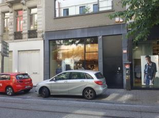 Dit commercieel gelijksvloer bevindt zich op een ideale locatie in de Nationalestraat, aan de Modemuseum enop een steenworp van de Groenplaats en De W