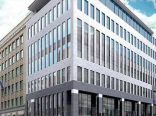 Het kantoorgebouw is gelegen in het hartje van de Leopoldswijk, op de hoek van de Rue d'Arlon en de Belliardstraat. Het gebouw geniet van een uitzonde