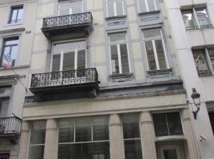 Prestigieus kantoorgebouw met een commerciële gelijkvloers te huur in het centrum van Brussel, met zicht op het Warandepark. Mooie ruimten met ve