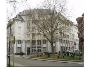 Kantoorgebouw van +/-3353m² te huur gesitueerd rond een rustgevende binnentuin vlakbij het Munthof. Gemakkelijk bereikbaar met het openbaar vervo