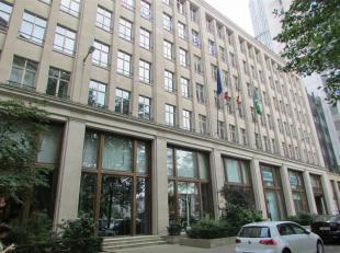 Prachtig gebouw op het Marsveldplein in Brussel, vlakbij de Naamsepoort. Dit oude bankgebouw heeft een unieke uitstraling en is modern uitgerust. Er z