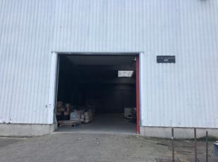 Entrepôt de 840 m² avec une porte sectionnelle 1 quai de déchargement à partager et une porte d'accès situé dan