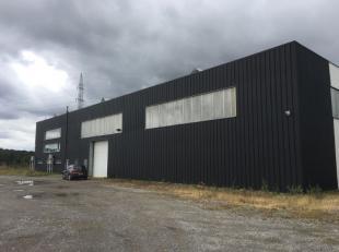 A louer entrepôt de +/- 740 m² 8 m de hauteur avec 1 porte sectionnelle (4m) chauffage au gaz bien isolié et +/- 183 m² de bure