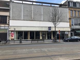 Le rez-de-chaussée commercial est situé dans la rue commerçante Bredabaan à Merksem.Dans les environs immédiats de