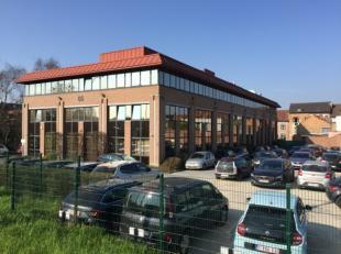 Kantoorgebouw van 3.016 m² op een terrein van 3.120 m².Bouwjaar 1993, maar gerenoveerd in 2006 en 2015.Goed bereikbaar met wagen en openbaar