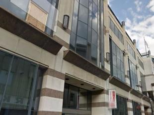 Bureau modern à Louvain, à distance de marche de la gare. Hall d'entrée et salle de bains rénové.<br />    Des plac