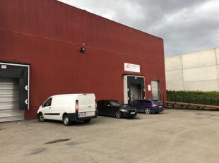 Entrepôt de 2200 m² hauteur libre de 9 m, une grande porte sectionnelle et deux quais de (dé)chargement Béton lissé au