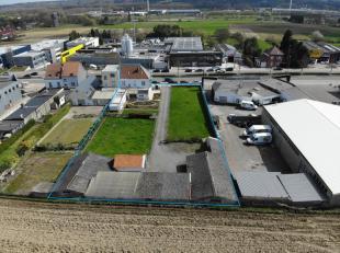 Terrein van 2.700m² met woning te koop, volledig gelegen in KMO-zone. (Atelier/industrie)Perfecte ligging op de Bergensesteenweg te Sint-Pieters-