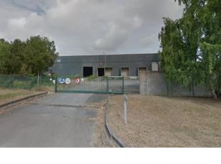 Entrepôt 4000 m² hauteur 8 m ,2 portes sectionnelles 3 quais de déchargement facile d'accès, eau et éléctricit&