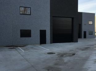 Une unité de PME à louer à Willebroek. La surface est de 200m². Le bâtiment a une grande porte sectionelle et une haut