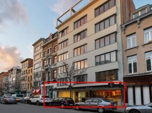 Dit ruime handelsgelijkvloers geniet van een zeer mooie visibiliteit dankzij een façade van +/- 13 m.De volledige ruimte is bij akte gekend als