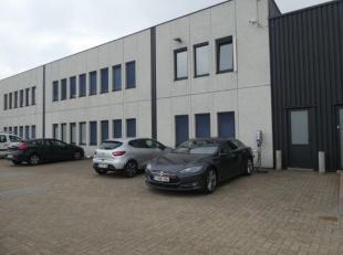 Entrepôt de 205 m² avec bureaux de 262 m² au rez-de-chaussée.Entrepôt avec belle hauteur, partiellement aménag&eac