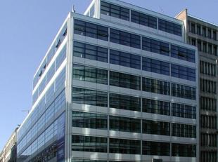 Dit gerenoveerd kantoorgebouw met gloednieuwe inkomhal en lobbyruimtes bevindt zicht op het kruispunt van Wetstraat en Handelsstraat, in het hartje va