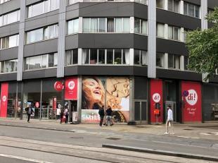 Bâtiment d'angle spacieux et bien situé avec de grandes fenêtres, situé à l'angle de la Carnotstraat et de la Congres