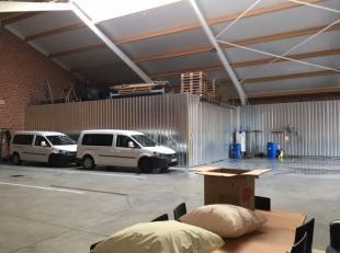 Recente opslagruimte van 400 m² met klein kantoor ( 2x 50 m²) te huur. Toegankelijk via grote sectionaalpoort. Mooie open ruimte met goede v