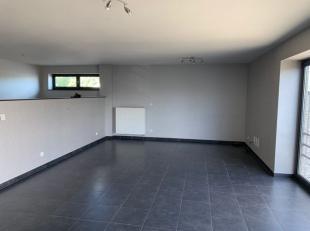 De kantoorruimte van ca. 100 m² situeert zich aan de voorkant van het gebouw en is voorzien van sanitair, keuken én douche. Vooraan het ge