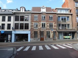 Verscholen achter deze statige en beschermde gevel, midden in het historisch centrum van Leuven, zijn wij vereerd dit multifunctioneel gebouw te koop