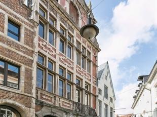 Veilig verscholen achter de historische gevel van Den Grooten Cruywaeghen, midden in het  bruisend centrum van Leuven meer bepaald in de gezellige en