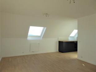 Dit gerenoveerd 1-slaapkamer-appartement met een bewoonbare oppervlakte van circa 48 m² is gesitueerd op de vierde en tevens hoogste verdieping v