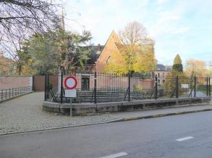 Onder de toren van de Sint-Geertruikerk en abdij, midden in het historisch centrum van Leuven, zijn wij vereerd dit ruim appartement te koop aan te bi