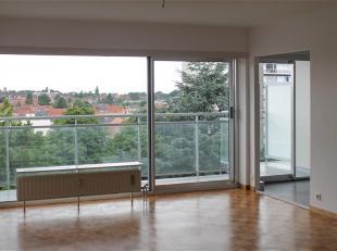 """Dit uitstekend gelegen appartement op de 3de  verdieping van residentie """"Leeuwerik"""" werd recent volledig gerenoveerd volgens de regels van de kunst en"""