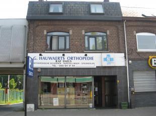 Handelspand met 2 slaapkamerappartement en studio.Uitsekende commerciële ligging in de Stalenstraat in Genk Waterschei.Het pand bied vele mogelij
