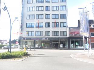 Het appartement is gelegen op de bekende Stalenstraat 106 te Genk op de 1ste verdieping.<br /> Openbaar vervoer, autosnelweg en bekende winkelketen in