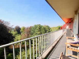 Dit appartement is gelegen in het Elsopark volop in het groen. U zit op de 6de verdieping wat u dus een prachtig uitzicht geeft vanop het hele ruime t