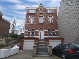 Grand appartement (1er étage) situé dans un bel immeuble entièrement rénové en 2009. Il offre 130m2 et est lou&eacu
