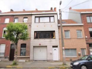 Op te frissen woning vlakbij het stadscentrum van Kortrijk.<br /> Via de inkom gaat u naar de eerste verdieping waar u de grote lichtrijke leefruimte