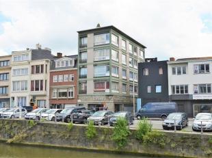 Op een unieke locatie in volle stadcentrum omarmd dit appartement unieke leiezichten.  Dit  ruim hoekappartement staat garant voor 107 m² woonple