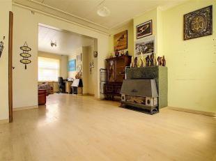 Verrassend ruime, licht op te frissen woning met 4 slaapkamers op goede locatie.<br /> Deze woning omvat de inkom met toegang tot de droge kelder, lic
