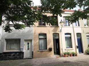 Op een rustige ligging in het bruisende Kortrijk, vind je deze gerenoveerde rijwoning nabij de veemarkt. Bestaande uit inkom, keuken, badkamer en toil