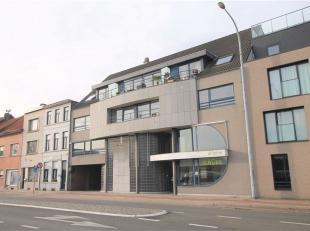Ruim kantorencomplex (bruikbare opp. 526m²) en 12 staanplaatsen.<br /> Op een topligging aan de poort van de stad en nabij de invalswegen vinden