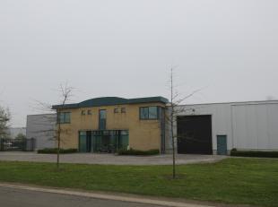 Verzorgd bedrijfsgebouw met een oppervlakte van 1300 m2, met kantoren (100 m2) en appartement (120 m2), gelegen op een volledig omheind perceel van 30