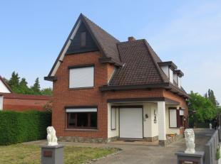 Karakteristieke woning met 4 slaapkamers, ruime living, keuken met veranda, dubbele garage en ruime tuin met tuinhuis;