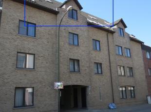 Ruim duplex appartement te huur met 2 slaapkamers, grote living, aparte keuken met berging, badkamer met douche, gesloten garage,...<br /> Gemeenschap
