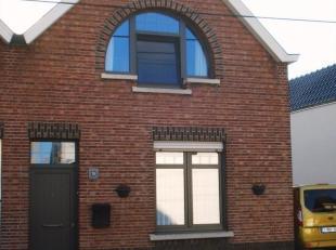 Deze knusse woning is gelegen in een rustige doodlopende straat en beschikt op de gelijkvloerse verdieping over een inkomhal, living, keuken, badkamer