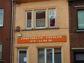 Maison unifamiliale, située dans une rue commerçante du centre de Wavre, et offrant de nombreuses possibilités, actuellement divi