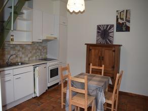 Een klein bemeubeld huisje bestaande uit kelder op de -1 verdieping, een keuken op het gelijkvloers, een living en apart toilet op het 1ste verdiep en