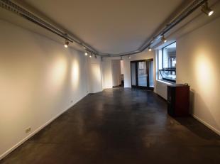 Steenweg op Gent 734, op de grens met Sint-Agatha-Berchem: Volledig gerenoveerd kantoor van 65m² op gelijkvloers. Mogelijkheid autostaaplaats voo