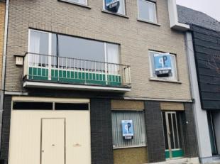 In de rustige wijk Bevegem, op wandelafstand van ziekenhuis, station en centrum Zottegem, vinden we deze heel robuuste woning met bijzonder veel leefr