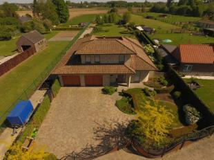 Op een heel rustige en landelijke ligging te Velzeke vinden we deze in 2010 gebouwde ruime Spaanse villa op een terrein van 51a60 met een heel mooi aa