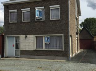 Deze woning met een diepe tuin en een garage bevindt zich op de grens van de deelgemeente Balegem en de gemeente Zottegem. De op te frissen woning is