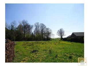 Situé dans le village dHarmignies, une parcelle de terrain à bâtir de 9 ares 68 centiares avec une large façade de 36 m&egr